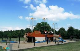 Trójmasztowy okręt wraz z huśtawkami