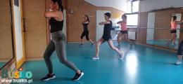 Na zdjęciu widoczne są uczestniczki zajęć fitness.
