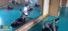Zdjęcie przedstawia uczestniczki bezpłatnych zajęć podczas wykonywania ćwiczeń na matach