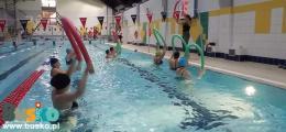 Zdjęcie przedstawia uczestniczki zajęć aqua aerobic podczas ćwiczeń z makaronami.