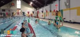 Na zdjęciu widoczne są uczestniczki zajęć aqua aerobic podczas ćwiczeń.