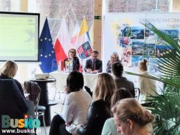 Konsultacje  społeczne programu regionalnego na lata 2021-2027 Fundusze Europejskie dla Świętokrzyskiego w Domu Zdrojowym Kompleksu #TężniaBusko