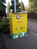 Zdjecie przedstawia recyklomat znajdujący się przed budynkiem BOSIR w Busku-Zdroju
