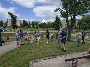 Na zdjęciu widoczni są uczestnicy Festiwalu Rodzinnego ćwiczący pod okiem trenera personalnego.