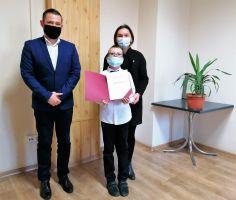 Zdjęcie przedstawia  Z-cę Burmistrza Miasta i Gminy Busku-Zdrój Michała Marońskiego, Stypendystę  oraz jego mamę.