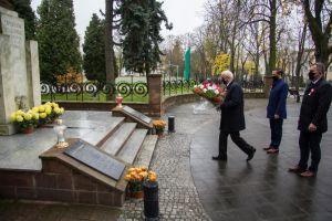 Zdjęcie przedstawia Waldemara Sikorę Burmistrza Miasta i Gminy Busko-Zdrój składającego biało-czerwoną wiązankę kwiatów pod pomnikiem Tadeusza Kościuszki.