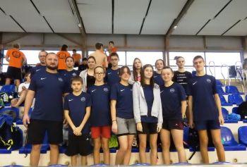 Zdjęcie przedstawia reprezentację pływaków z klubu UNIA