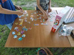 Na zdjęciu widoczne są dzieci układające puzzle na stanowisku z animacjami.