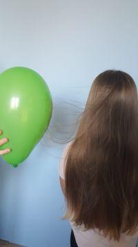 Elektryzowanie ciał przez pocieranie (balon i włosy)