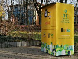 Zdjęcie przedstawia recyklomat znajdujący się przed budynkiem BSCK w Busku-Zdroju